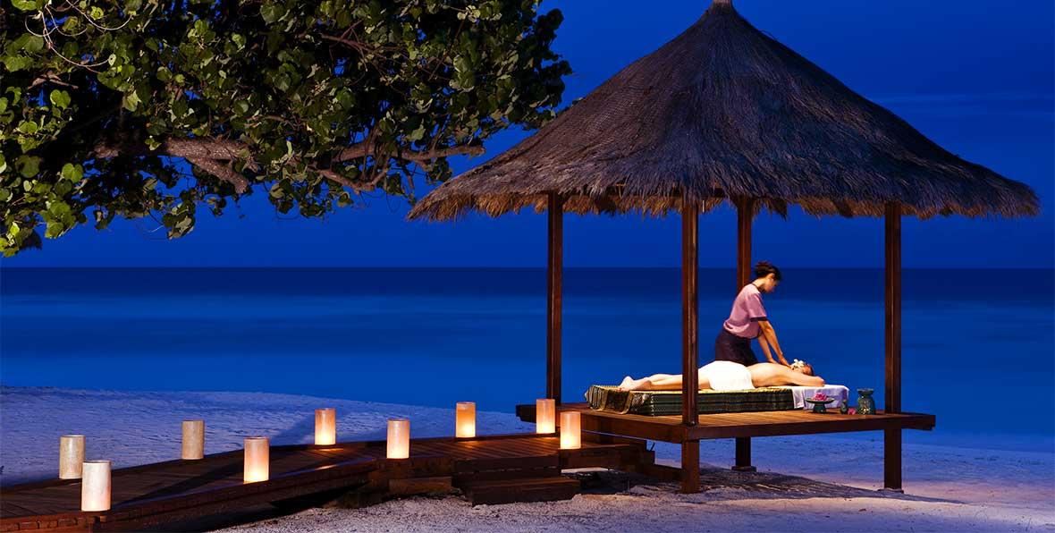 masaje relajante en la playa de Maldivas por la noche