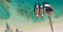 dhonis en el muelle del Safari Island Resort & Spa Maldives