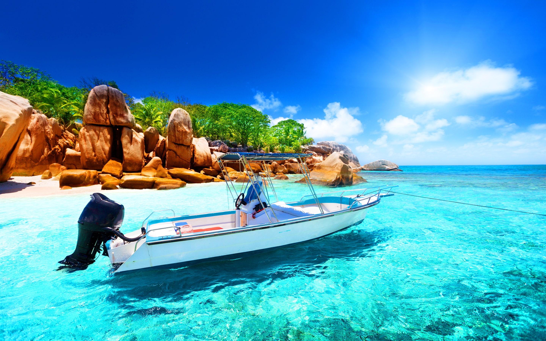 Barco en las claras aguas de Seychelles