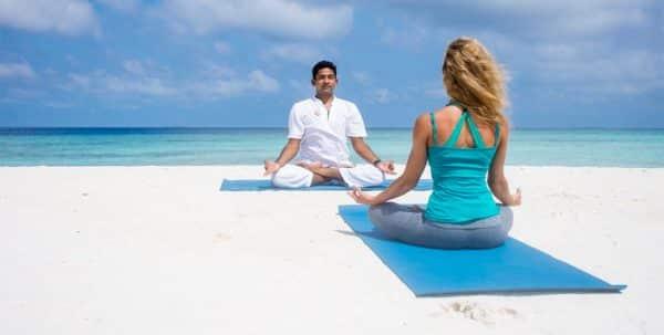 Clase de yoga en Finolhu maldives