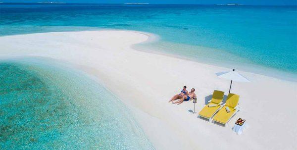 pareja se relaja en el banco de arena de Summer Island Maldvas