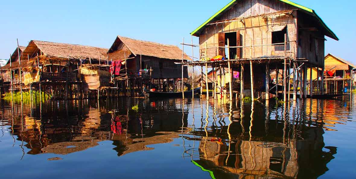 casa de madera sobre el agua en Birmania