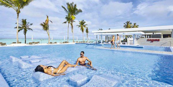 pareja en la piscina de Riu Atoll Maldives