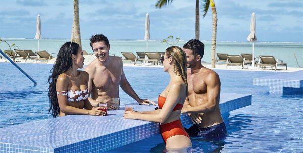 parejas en la piscina de Riu Atoll Maldives