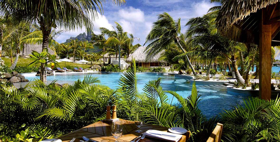 la piscina oasis de St. Regis Bora Bora Resort